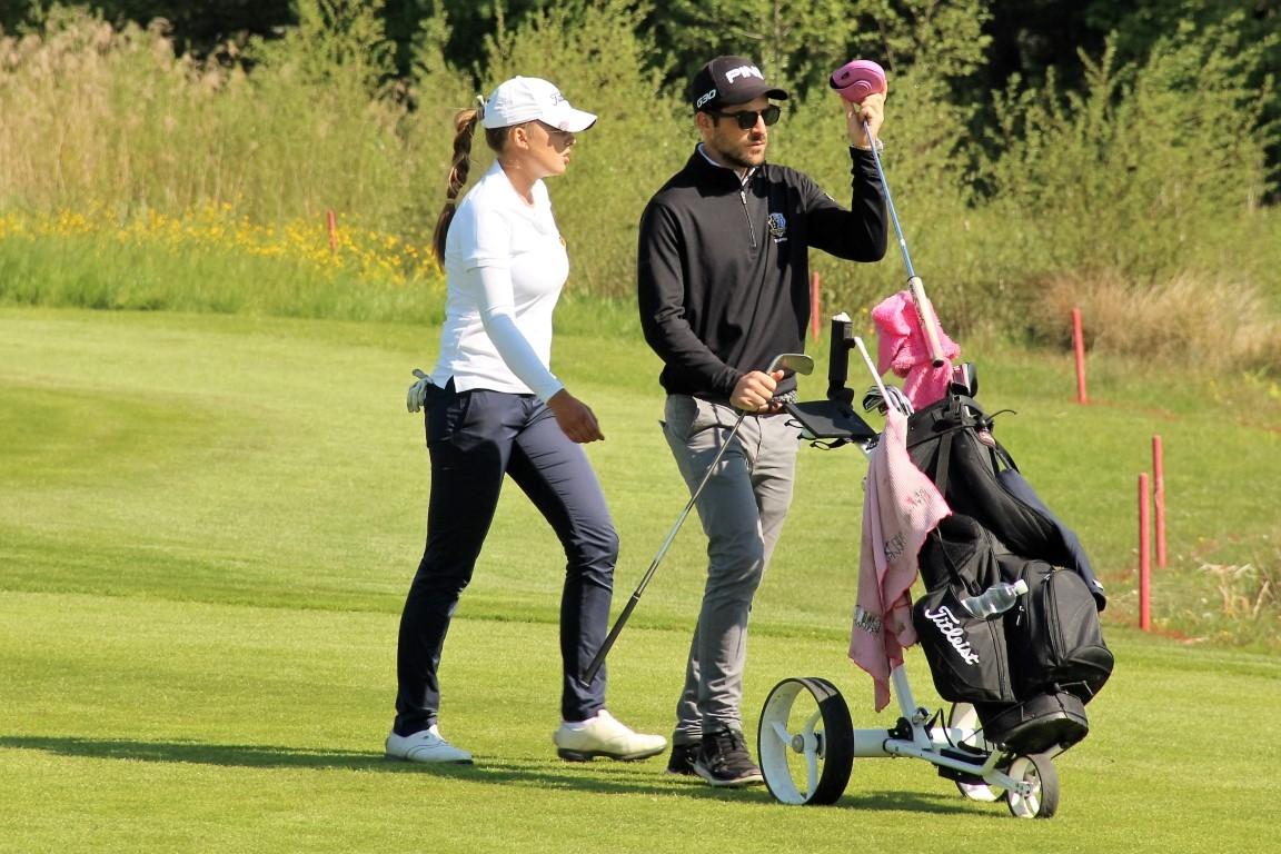 Rachel Rossel mit Caddy und Freund Nicolas Thommen