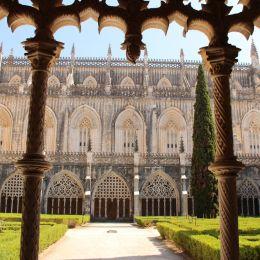 Golf, Hotel und Kultur in Portugal: Kreuzgang mit Innenhof im Kloster von Batalha