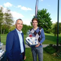 GVL-Captain Ferdi Sele gratuliert Brutto- und Nettosieger Vincent Schrom zu seiner tollen Runde von vier über Par.