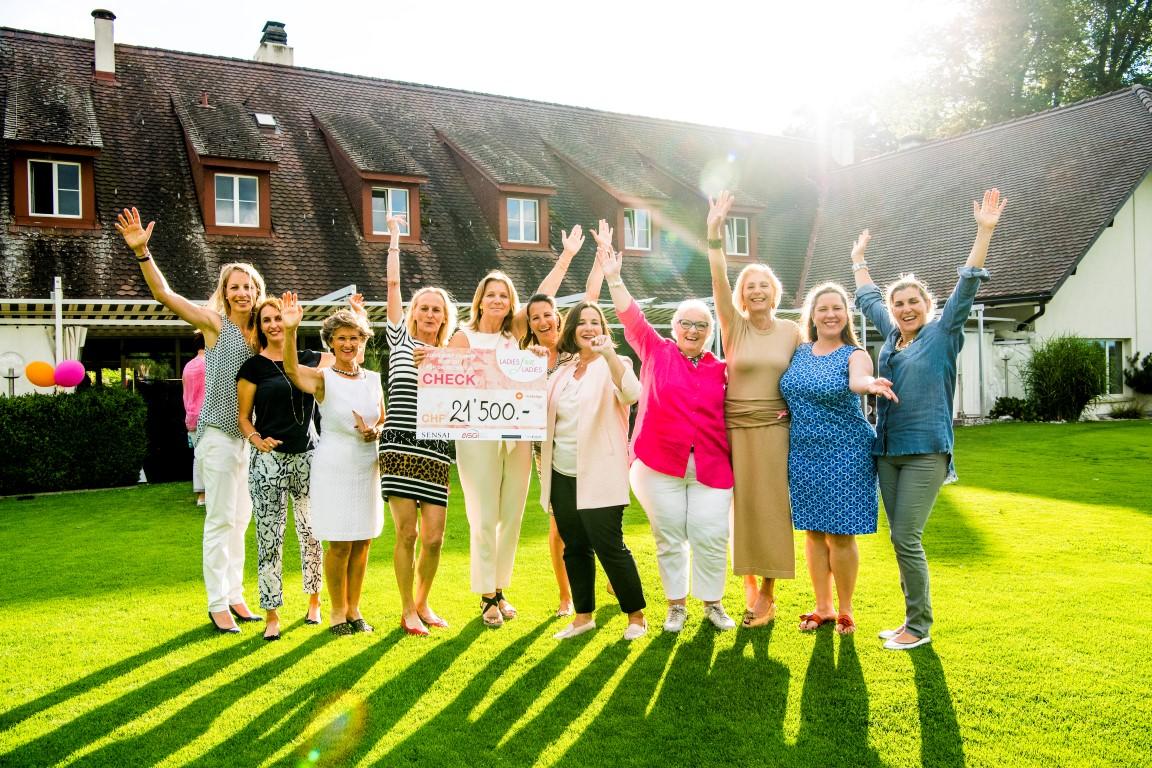 21'500 Franken für die Krebsliga: Das LADIES-for-LADIES-Matronatskomitee mit den Botschafterinnen Florence Weiss-Lüscher (links) und Elisabeth Esterl (rechts) freut sich gemeinsam mit den Blumisberger Organisatorinnen über das erfreuliche Spendenergebnis. Fotos: LADIES for LADIES