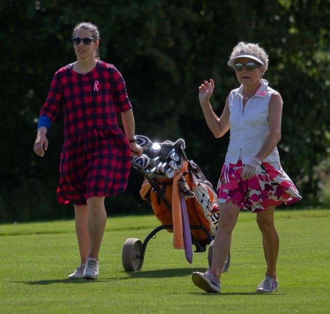 Verletzt, aber engagiert: LADIES-for-LADIES-Botschafterin Dominique Gisin konnte zwei Tage nach dem Sturz vom Mountainbike nicht Golf spielen, begleitete «ihren» Flight bei der LADIES-for-LADIES-Charity im GC Rheinblick aber als Caddie. Foto: Daniel Stauffer