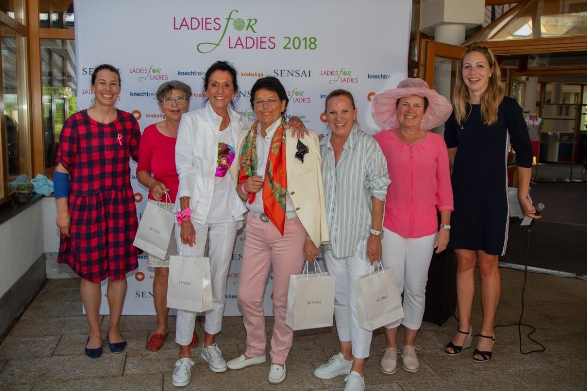 Sportlich und spendabel: Das Team um Jeannine Ruggli, Katharina Leutenegger, Beatrice Butz und Christa Schuppisser-Binder gewann das erste LADIES-for-LADIES-Turnier des Jahres im GC Rheinblick. Die erfolgreichen Golferinnen erhielten den verdienten Lohn aus den Händen den Charity-Botschafterinnen Dominique Gisin (links) und Florence Weiss (rechts).