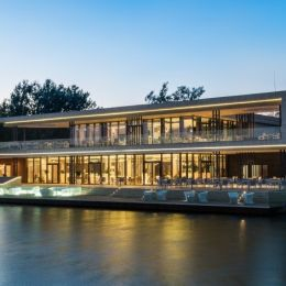 Clubhaus-mit-Bistrot-und-Restaurant
