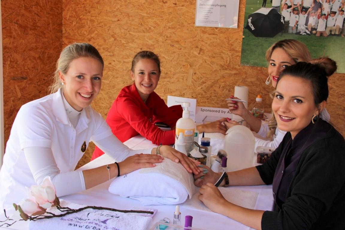 Manicure mit den Schweizer Amateurinnen Clarissa Cattori, Giara Tamorini (von links)