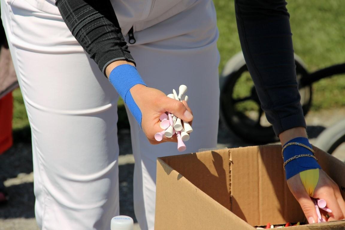 Mealnie Mätzler mit bandagierten Handgelenken und beim Beschaffen ihrer Lieblingstees