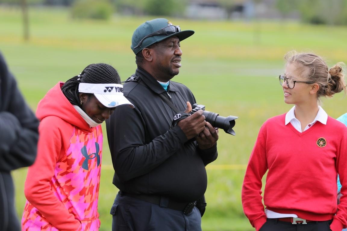 Amateurinnen im Gespräch, links die Nigerianerin Giorga Oboh, rechts die Schweizerin Lily Hürlimann