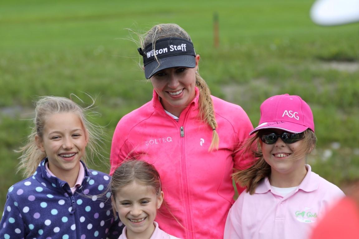 Die Siegerin Linda Henriksson mit den Girls