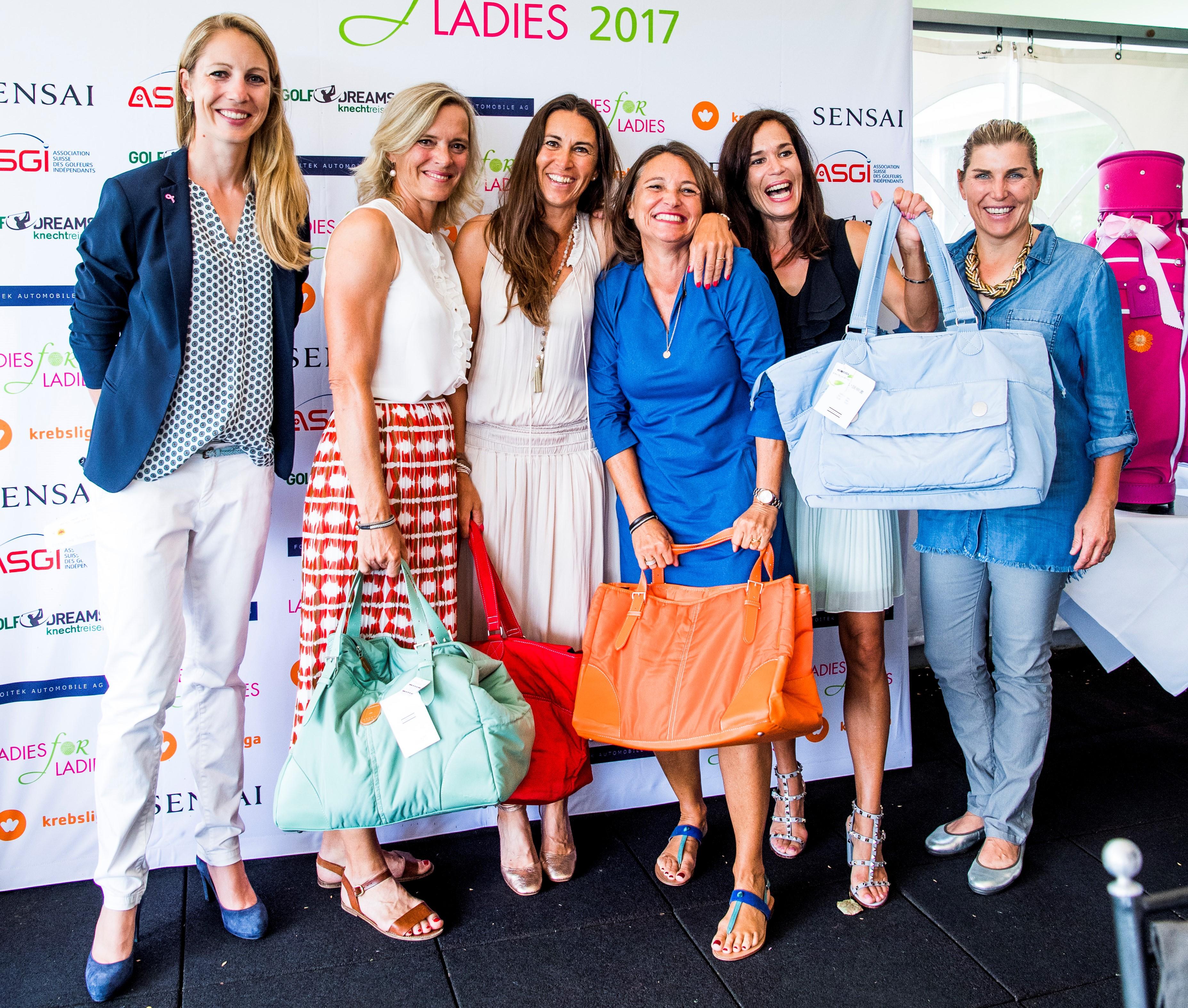 Golferisch eine Klasse für sich: Das Team um Nadja Schenk, Asa Kindler, Sybil Haller und Claudia Kernen siegte sowohl in der Brutto- wie auch in der Nettowertung. Fürs Siegerfoto wurden sie standesgemäss von der Berner Protte Florience Weiss-Lüscher (links) und der früheren Solheim-Cup-Gewinnerin Elisabeth Esterl (rechts) flankiert. Foto: LADIES for LADIES